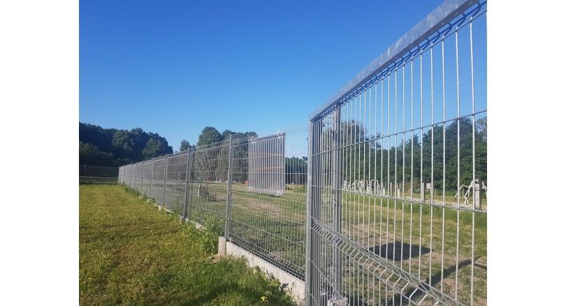 Jak bezpiecznie ogrodzić boisko